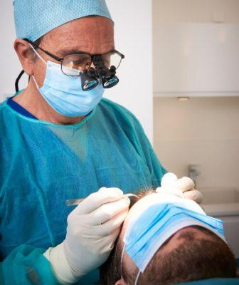 Le Dr Pierre Bouhanna en train de réaliser une greffe capillaire sur un patient