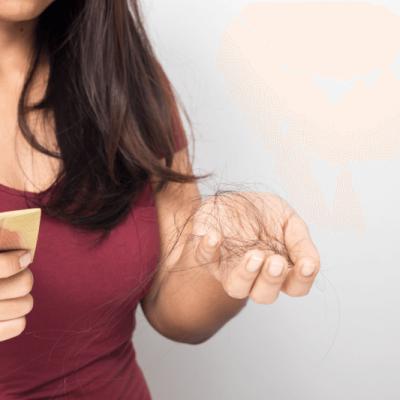 Femme perdant ses cheveux par poignée