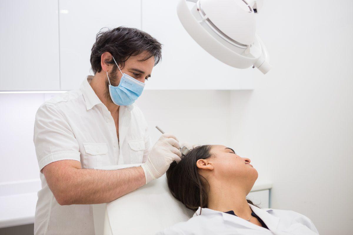 Le micro-needling réalise des micro-perforation à différents niveaux de profondeurs dans la peau et va stimuler la synthèse des fibroblastes