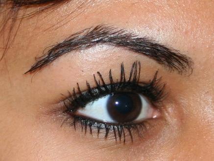 Reconstruction des sourcils par dermopigmentation, greffe ou micropigmentation grâce au Docteur Bouhanna spécialiste des implants
