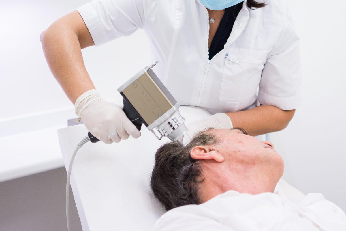 Séance de trichoscopie pour diagnostiquer la cause d'une alopécie